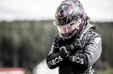Lewis Hamilton confirma favoritismo, crava pole e homenageia ator Chadwick Boseman