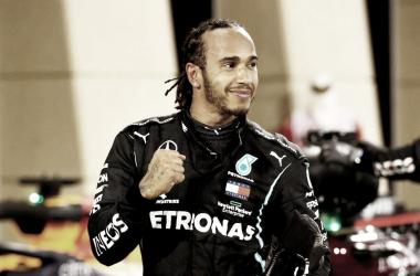 Lewis Hamilton vence GP do Bahrein marcado por acidente de Grosjean