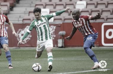 Rodri ante un jugador del Sporting. (fuente: @laliga)