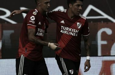 Enzo Pérez abraza a Matías Suárez, quién marcó el único gol del partido. Foto: River Oficial.