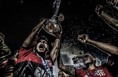 Jogadores do Flamengo vibrando com o troféu do Brasileirão 2020 (Foto: Alexandre Vidal / CRF)