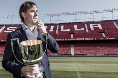 Julen Lopetegui recibiendo el galardón al mejor entrenador 2020-21
