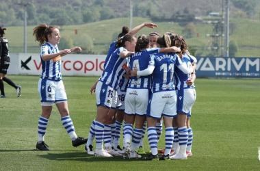Las jugadoras de la Real Sociedad celebran el gol de Nerea Eizaguirre // Foto: Real Sociedad