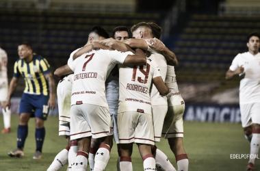 Jugadores de Estudiante, abrazados, festejando el gol de Cauteruccio.