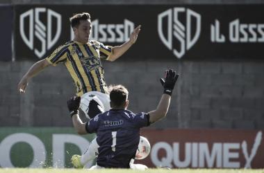 Ignacio Colombini (Atlanta) disputando la pelota con Juan Bolado (Maipú)/ Foto::Prensa Atlanta