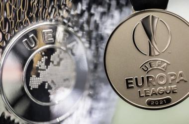 Detalle del trofeo y medalla de campeón de la UEFA Europa League.Foto: @Europaleague