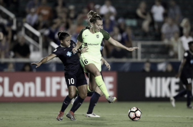 Midfielder Debinha De Oliveira (left) attempting to gain possession of the ball from Lindsay Elston (right) | Source: NC Courage - Twitter