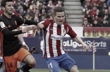 Gameiro con Gayà disputando el cuero I Foto: Atlético de Madrid