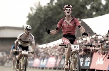 Samuel Gaze vence al sprint a Nino Schurter | UCI MTB Stellenbosch
