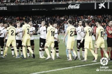 Los jugadores de ambos equipos se saludan antes del partido / Foto: LaLiga