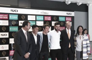 El general (r) Rodolfo Palomino (Director de la carrera), Nairo Quintana, Rigoberto Urán, Fernando Gaviria, Jorge Ovidio González (Presidente de la FCC) y la representante del Gobierno nacional (de izq. a der.) en la presentación de la carrera