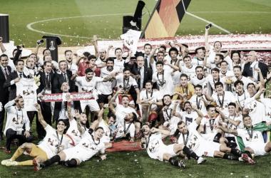 El Sevilla con la copa de la Europa League / sevillafc.es