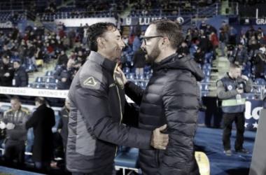 Paquito Ortiz saludando al entrenador del Getafe antes del encuentro / Foto: LaLiga