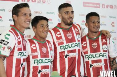 Fernández, Allende, Alvarado y Torres posaron con la camiseta rojiblanca (Foto: Leonardo Aguilar | VAVEL México)