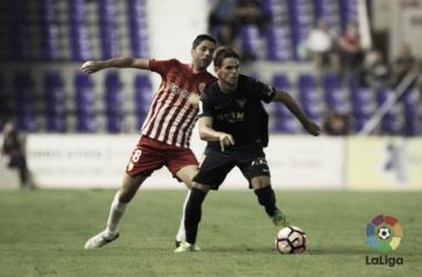 Hugo Álvarez en la pugna de un balón. Fotografía: LaLiga