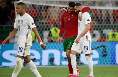 Cristiano Ronald y Benzema abrazándose amistosamente al final del partido. | Foto: REUTERS