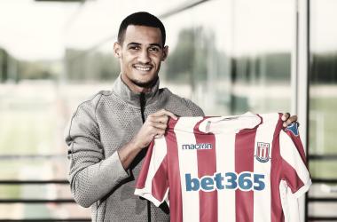 Ince posa junto a su nueva camiseta. Foto: Stoke City
