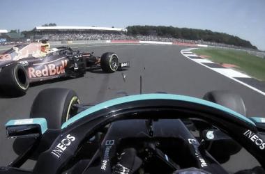 Hamilton y Verstappen en el accidente en Copse. (Fuente: Twitter @F1)