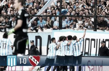 Racing festejando, fue 1-0 con un gol de Milito, de penal. Foto: @AFA