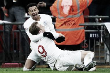 Harry Kane celebrando el gol de la clasificación con el otro goleador Jesse LIngard