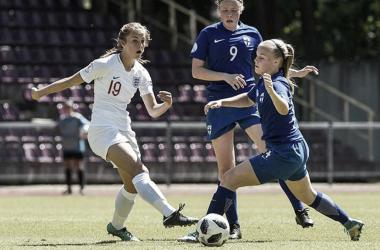 Hannah Griffin, dueña del balón. Foto: The FA
