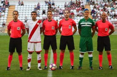 Foto de los capitanes junto a los colegiados. | Foto: CD Leganés