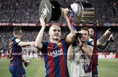 Andrés Iniesta levantando la última Copa del Rey. Foto: PhotoSilver, VAVEL
