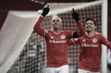 Thiago Galhardo e Mauricio comemorando o primeiro e único gol do Internacional na partida (Foto: Divulgação / Internacional)