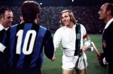 Sandro Mazzola e Günter Netzer se cumprimentam antes do jogo pela Copa dos Campeões da Europa entre Borussia Mönchengladbach e Inter de Milão em 1971 (Foto: dpa)