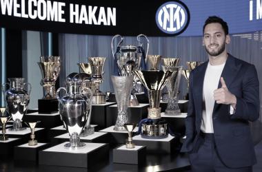 Hakan Calhanoglu en su presentación / Web: Inter de Milán oficial