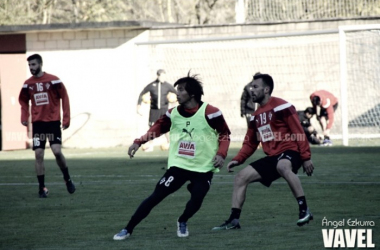 Inui cubierto por Antonio Luna en un entrenamiento de la SD Eibar. imagen: Ángel Ezkurra - VAVEL