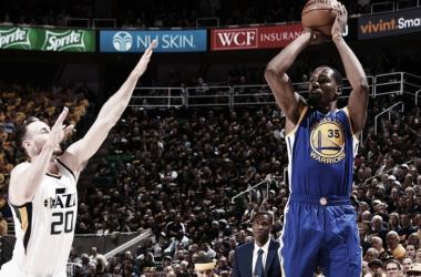 Warriors vencem Jazz e se aproximam da classificação à final da Conferência Oeste