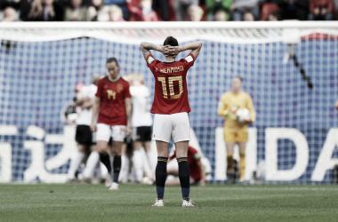 Jarrón de agua fría para España en su segundo partido mundialista. Manos a la cabeza de Hermoso | Fotografía: FIFA