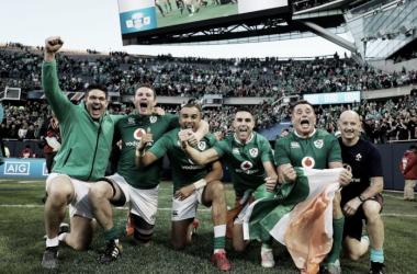 Foto: Historia pura en el Soldier Field de Chicago. Allí, minutos atrás, Irlanda acababa de vencer a Nueva Zelanda por primera vez en su historia. ¿Servirá como inspiración para este Seis Naciones 2017? Crédito: Pundit Arena