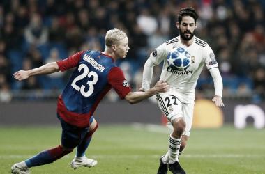 Isco controla un balón durante el partido/ Foto: Real Madrid