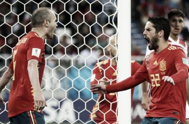 Isco e Iniesta festejan el tanto del malagueño tras una gran pared entre ambos I Foto: FIFA