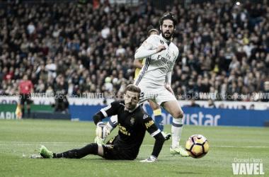 Isco bate a Varas en el 1-0. | FOTO: Daniel Nieto - VAVEL