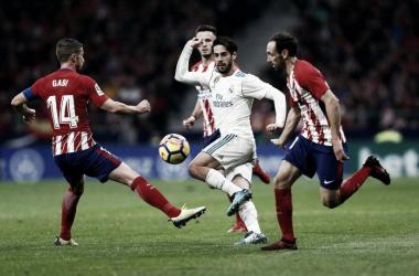 Isco después de uno de sus trucos ante los jugadores colchoneros I Foto: Real Madrid