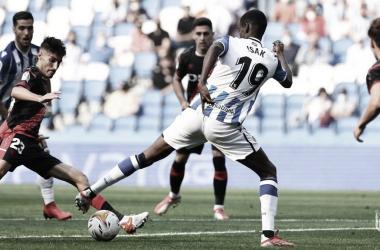 Isak intenta domar la pelota ante la presión del Rayo. // Foto: Real Sociedad