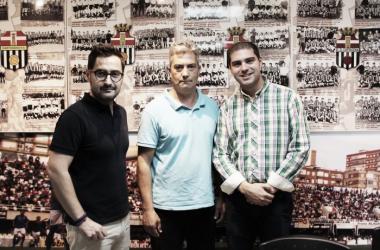 Paco Belmonte, presidente del Cartagena, Isidoro González, dueño del bar y Ricardo Segado, concejal de deportes | Foto: ayuntamiento de Cartagena.