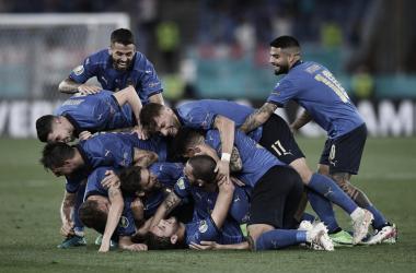 Italia da una cátedra de fútbol y avanza a octavos de final