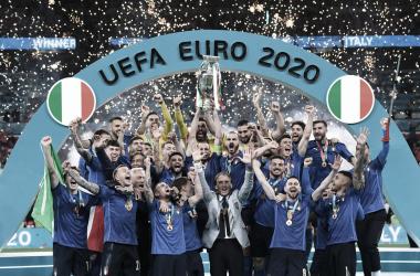 Italia levanta el trofeo de campeón// FOTO: Federación italiana de fútbol