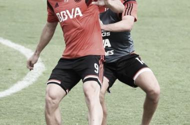 Alonso, marcado por Arzura, en su primera práctica en River (Foto: Prensa River Plate).