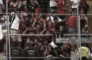 AL ESTILO EUROPEO. Moreno y Fabianesi, se trepa al alambrado en el último encuentro de Colón en Libertadores. Foto: Getty images