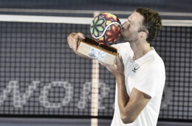 Ivo Karlovic kisses the trophy after his win against Feliciano Lopez. (Photo: Mextenis)