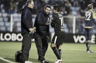 Jadson saindo lesionado no confronto contra o Avaí, nesta quarta-feira (Foto: Daniel Augusto Jr/Agência Corinthians)