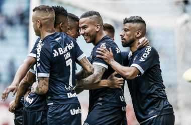 Em tarde inspirada de Jael, Grêmio atropela Botafogo em Porto Alegre