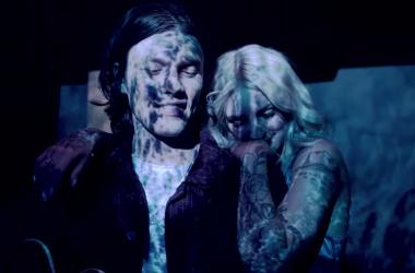 Julia Michaels y James Bay en el videoclip de Peer Pressure // Fuente: Imagen del videoclip oficial