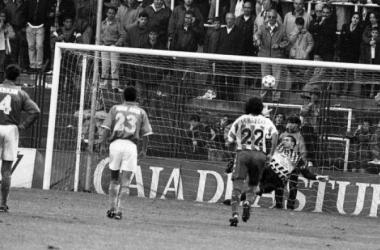 Mora encaja uno de los penaltis lanzados por Peternac ante la mirada de los oviedistas Jerkan y Ania y el pucelano Quevedo. (Foto: www.lne.es)