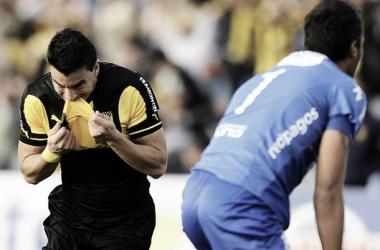 Jorge Rodriguez celebra el tercer gol mirasol. Munúa se lamenta. Autor: Tenfield